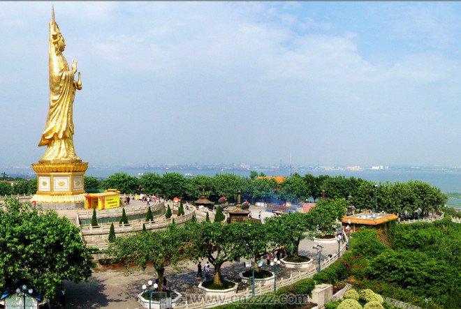 """广州莲花山原名""""石狮头"""",位于广东省广州市番禺区石楼镇,是一处景色壮观,气势宏伟的旅游区,悬崖峭壁,奇岩异洞,还有水上乐园、文艺表横厅等大型游乐项目,国家4A级景区。  景区占地面积2.54平方公里,主要的景点有观音圣境、许愿树、古采石场、飞鹰崖、狮子石、百福摩崖、莲花石、燕子岩、莲花塔、白象岩、大佛岩、观音岩、八仙岩、浴仙池、碧莲池、剑门、燕崖洞天、神仙桥、南天门、无底洞等,每处景点都美丽动人,景色优美,令人流连忘返。  每年这里还举办桃花节、莲花节,以花节展览盛会为特色,游客可"""