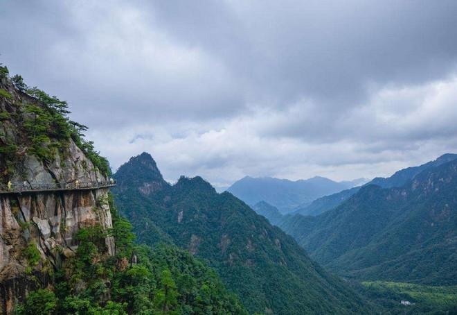 """临安大明山位于浙江省杭州市临安区,有着丰富的地形地貌,景区常年开设有溯溪、桥降、攀岩、洞穴探奇、山顶野营、野外生存等山地运动项目,成为中国山地休闲旅游的积极倡导者,国家4A级景区。  风景区以大明山为主体,共有32峰、13涧、8瀑。此山多奇峰怪石,森耸峭拔,足称名胜。森林广袤,溪水长流,云海湖泊,空气清新,风光秀丽,有""""一泓碧湖、十里幽谷、百丈飞瀑、千亩草甸、万米岩洞、群峰啸天、林海无边""""等原始古朴的大小景点96个。  山脚的农家乐都有良好而完善的餐饮、住宿、娱乐等设施, 能为不同"""