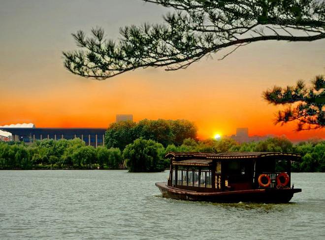嘉兴南湖位于浙江省嘉兴市南湖区,与南京玄武湖和杭州西湖并称为江南三大名湖,南湖不仅以秀丽的风光享有盛名,而且还因中国共产党第一次全国代表大会在这里胜利闭幕而备受世人瞩目,是中国共产党诞生地,成为我国近代史上重要的革命纪念地,国家5A级景区。  南湖主要景点有:烟雨楼、会景园、湖心岛、南湖革命纪念馆、四季园、英雄园、揽秀园、壕股塔、小瀛洲、放鹤洲、鸳湖生态绿洲、中中共一大嘉兴南湖会址等。  南湖面积800多亩,湖中有一湖心岛,岛上有以烟雨楼为主体的古园林建筑群,亭台阁榭,假山回廊,疏密相间,错落有致。历代文